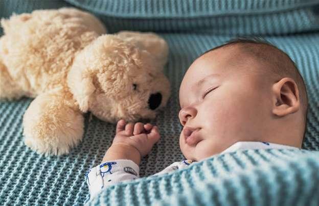 bebé durmiendo plácidamente gracias al peluche de ruido