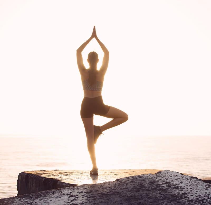 yoga y sonríe a la vida